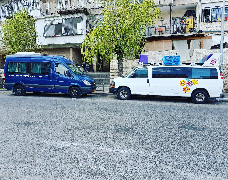 ואת התמונה הזאת צילמתי השבוע בירושלים (אלא איפה?). שני הרכבים הגדולים האלה, ניידת הנ‑נחים המקפצים עם כל הרמקולים והאביזרים, והרכב השני, שבו - איך נאמר - פחות מקפצים, חונים בשלווה זה לצד זה. אין ייאוש בעולם כלל, והחי ייתן אל לבו.  צילום סלולרי: ידידיה מאיר