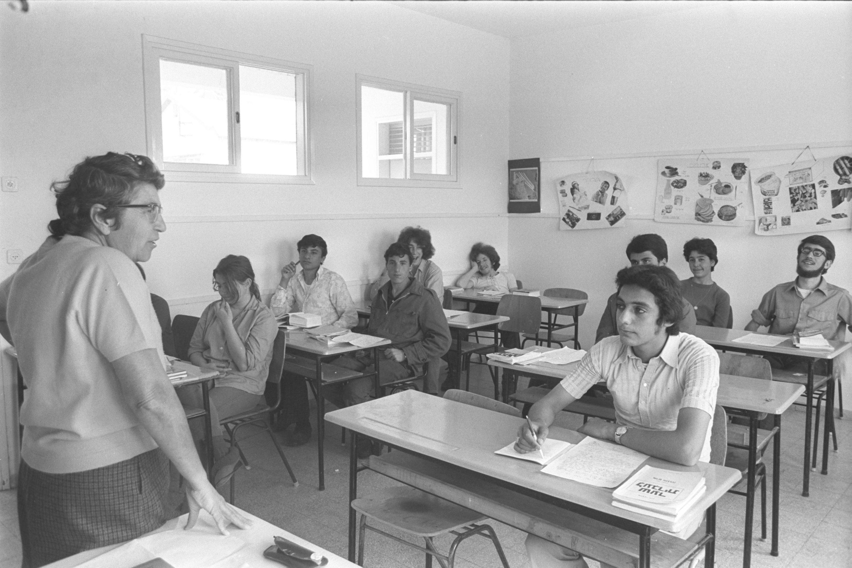 """גם שולי נתן ומאיר אריאל היו שליחי עלייה לאחר ששת הימים. אולפן לעולים חדשים בקיבוץ גבע, שנת 1971  צילום: משה מילנר, לע""""מ"""