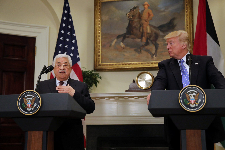 """הגישה של נשיא ארה""""ב היא לקצץ בסיוע החוץ. טראמפ ואבו-מאזן צילום: Carlos Barria, רויטרס"""