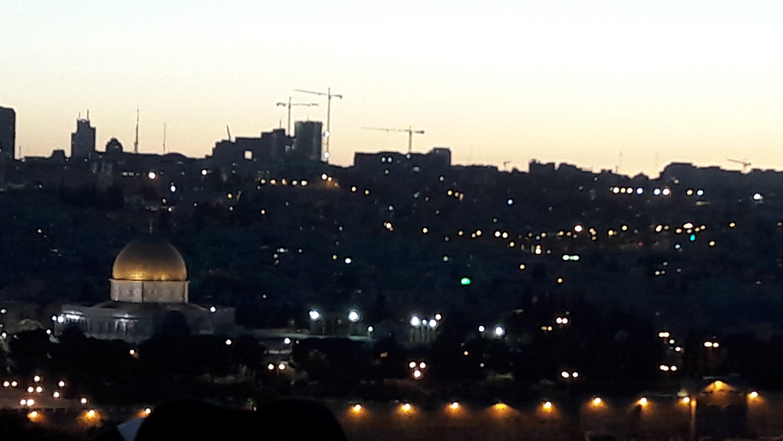 את התמונה הזאת של הנוף הנשקף מהר הזיתים צילמתי קצת אחרי החופה. אפשר לראות בה היסטוריה ומורשת ואפילו קדושה, אבל אותי תפסו במיוחד דווקא המנופים בקו האופק, שממשיכים יום יום לבנות את ירושלים. צילום סלולרי: ידידיה מאיר