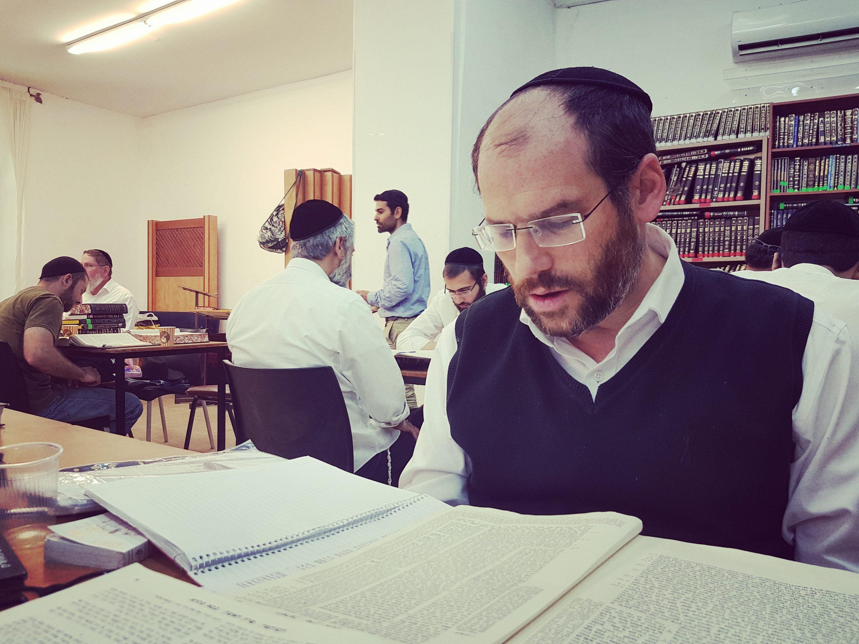 באלבום החדש הוא ממשיך לשתף אותנו במסע האישי שלו. אהרן רזאל במדרשת זיו בירושלים, השבוע צילום סלולרי: ידידיה מאיר