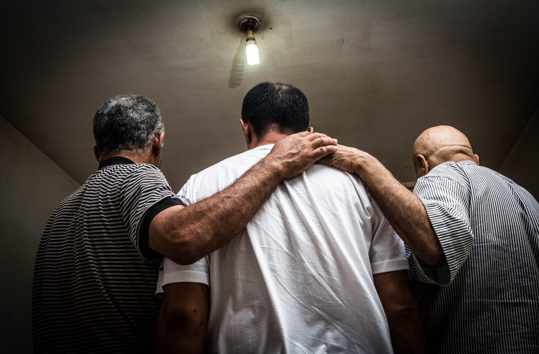 """כיתוב תמונה: """"מצאתי את עצמי יושב בוכה, ושואל בשביל מה בכלל אני חי"""". עומאר, אסעד ועבד צילום: שלומי יוסף"""