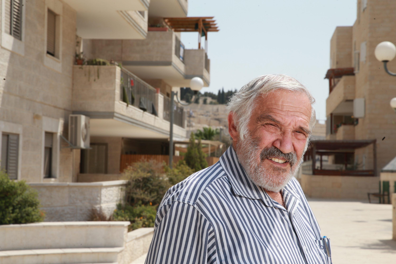 """""""אולמרט של אז קרא ליהודים מרחבי העולם לקנות דירות בשכונה"""". נחמן זולדן על רקע מעלה הזיתים צילום: מרים צחי"""