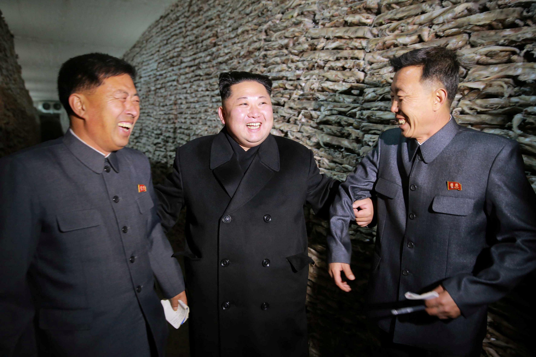 המטורפים מפתחים עמידות, שיגעון גדלות ונשק גרעיני. קים ג'ונג וחבר מרעיו צילום: KCNA KCNA, רויטרס