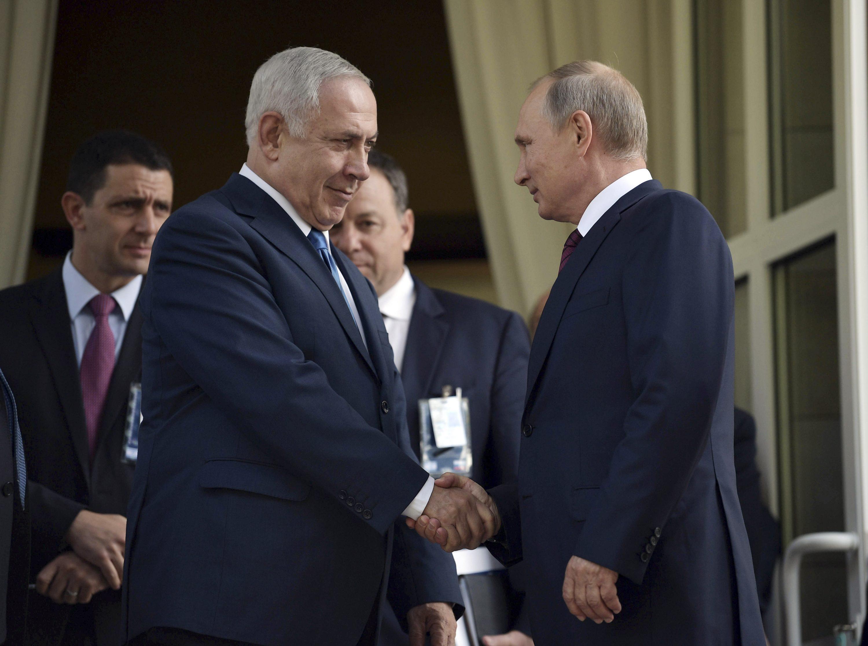 חביבות כמעטה לחוסר עניין. פגישת פוטין-נתניהו צילום: Sputnik Photo Agency, רויטרס