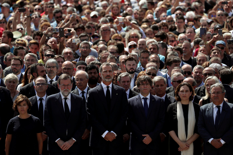 לא מגרשים טרור במחיאות כפיים. כינוס המחאה לאחר הפיגוע בברצלונה. מימין: ראש העיר אדה קולאו צילום: Susana Vera, רויטרס