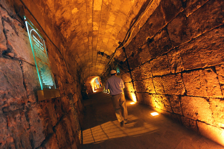 הביקורת שהוטחה בנתניהו בעקבות אירועי המנהרה הצליחה לערער את מעמדו. מנהרות הכותל צילום: קובי גדעון, פלאש 90