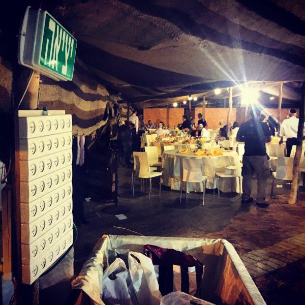 התמונה הזאת צולמה לאחרונה באוהל החתונות של כפר עציון. בכניסה לאולם, ממש ליד ארגז המתנות, יש גם מתנה לאורחים: לוח חשמל עם עשרות שקעים להטענת הפלאפונים שלהם