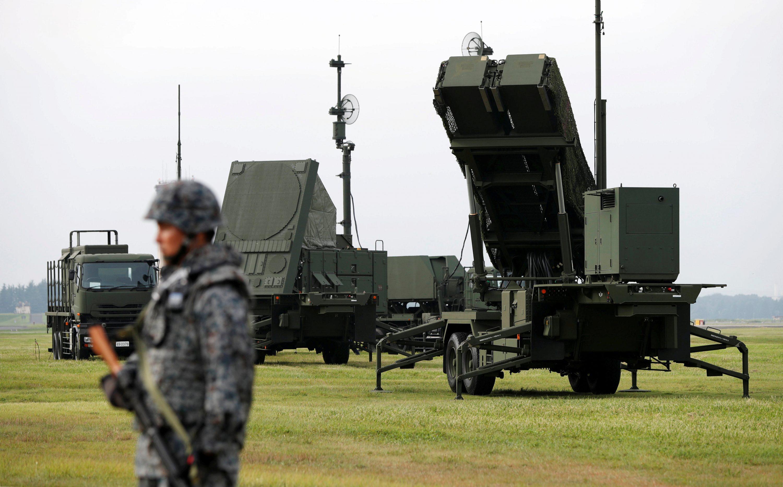 המנהיג הלא יציב עושה בית ספר לאמריקנים. סוללות טילים בצפון קוריאה צילום: Issei Kato, רויטרס