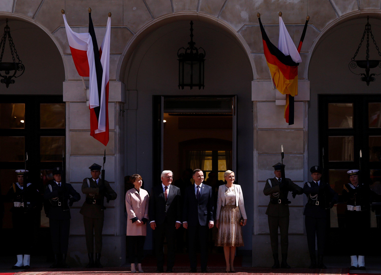 גרמניה כבר דחתה את הדרישה. נשיא גרמניה ורעייתו עם עמיתיהם הפולנים במהלך ביקורם בוורשה צילום: Kacper Pempel, רויטרס