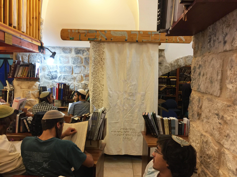 הפרוכת בבית המדרש של ישיבת צפת, ואלישבע, אחת מנכדותיה של סבתא רצי נויבואר, ליד הפרוכת בטירת צבי צילומים: ארכיון טירת צבי, יאיר שרקי