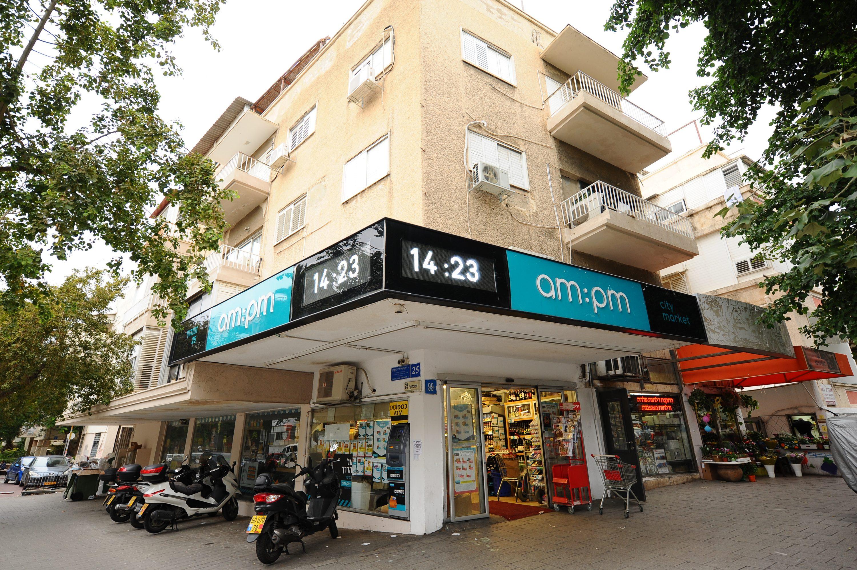 קדושת הקנייה של קרטון חלב בשבת. חנות AM:PM בתל אביב צילום: מנדי הכטמן, פלאש 90