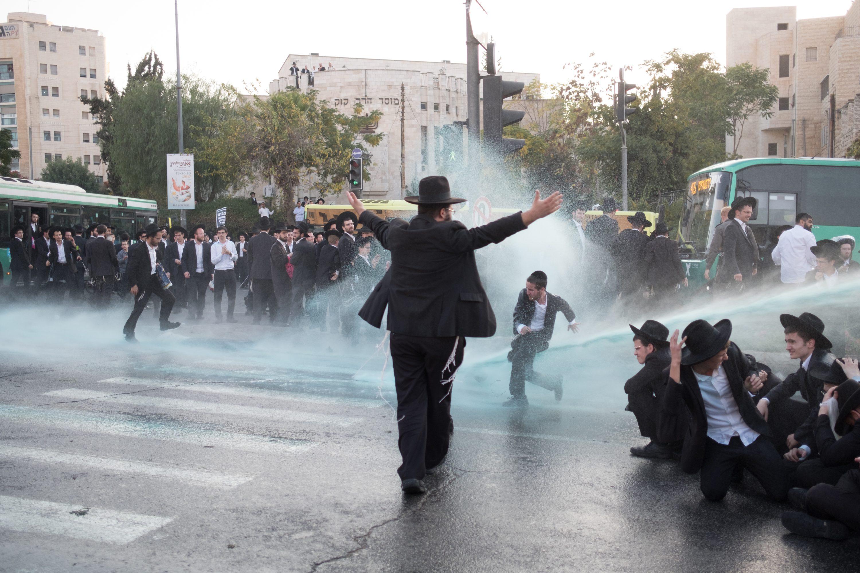 """""""אנחנו מצטערים על החילול השם שהם גורמים"""". הפגנות הפלג הירושלמי בכניסה לירושלים צילום: יניב נדב, פלאש 90"""