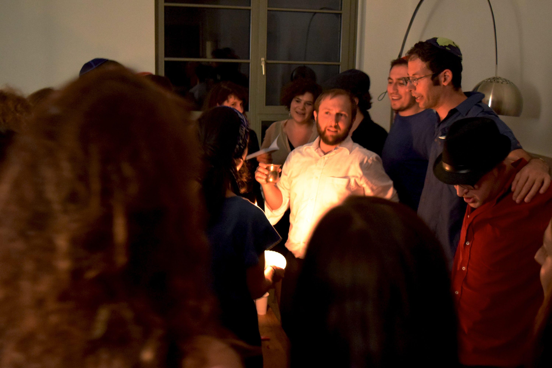 """""""להתאחד כדי שהיהדות תשרוד"""". הבדלה מטעם ארגון קירוב עם צעירים יהודים מזרמים שונים"""