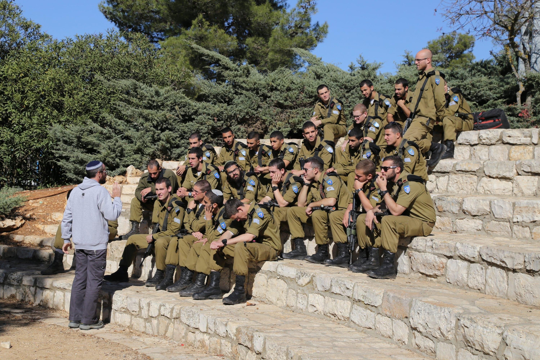 רוח אחרת מצד קצין חינוך ראשי. חיילים בהרצאה צילום: גרשון אלינסון, פלאש 90