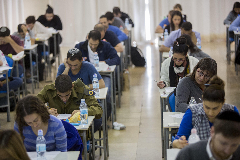 המבחנים לא תחת אחריות משרד החינוך. בחינות לשכת עורכי הדין צילום אילוסטרציה: יונתן זינדל, פלאש 90