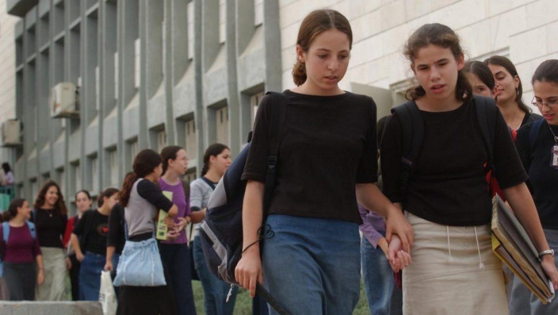 רבנים בכירים לבנט: לא לתקצב גופים שמלווים בנות דתיות לשירות צבאי